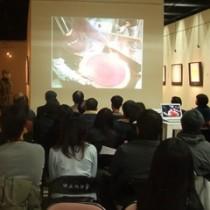 安井老師與來賓一同欣賞影片