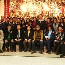 大合照,座位由左起:春池玻璃林建岳副總經理、國立台北 教育大學郭博州主任、台灣博物館蕭館長、中正紀念堂曾處 長、安井大師、紀姐、亞磊絲理事長、日本交流協會河野主 任。